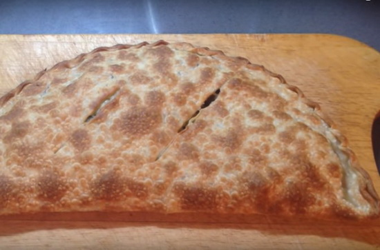 Закрытая пицца из слоёного теста