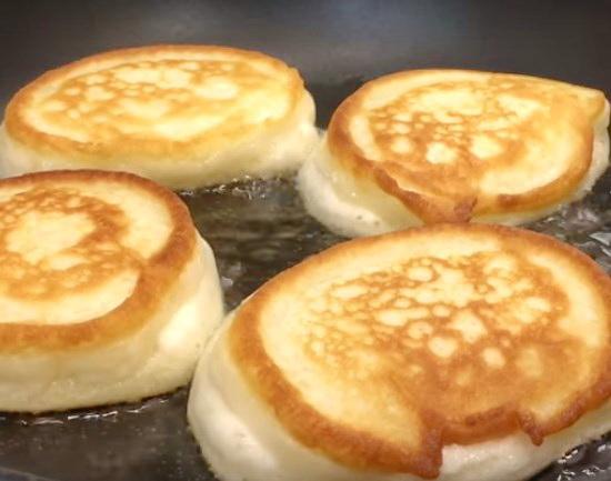 Тесто на оладьи на кефире пышные
