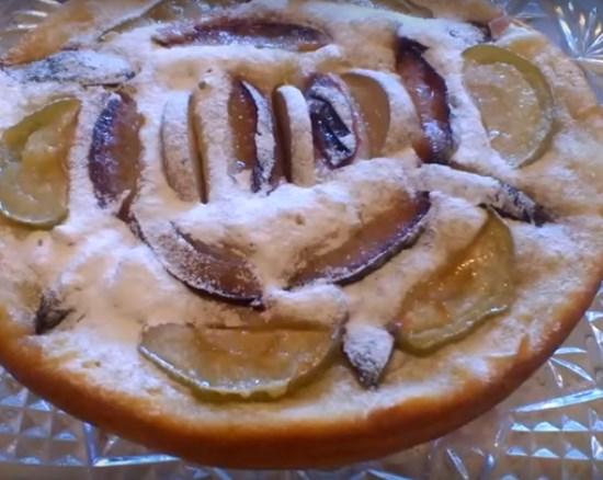 пирог с яблоком и сливой