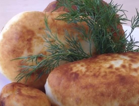 жареные пирожки из дрожжевого теста с капустой